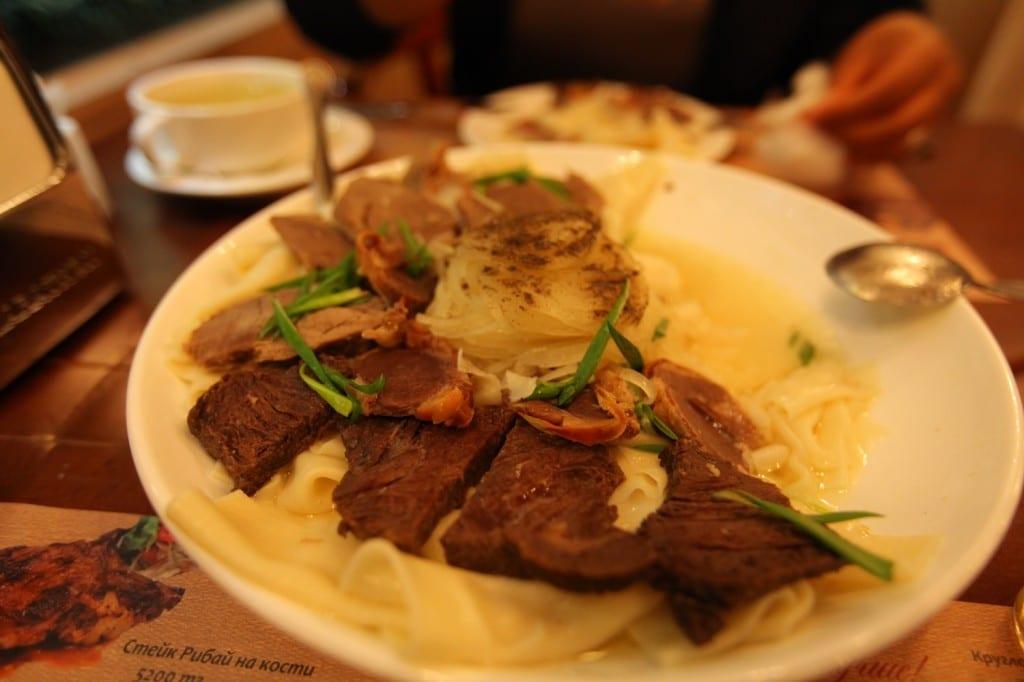 le Beshbarmak plat principal au Kazakhstan